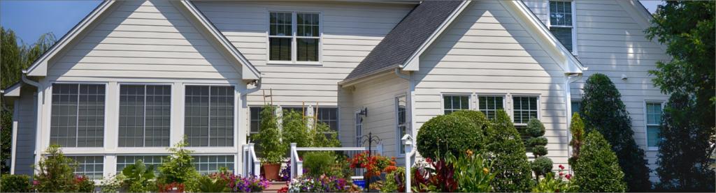 白い外壁と広いお庭が特徴の物件です。